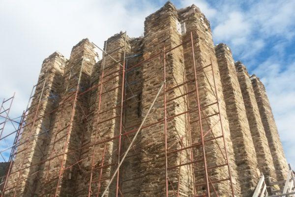 Περίσφιξη Πύργου Γαλάτιστας. Τοποθέτηση περιμετρικών προεντεταμένων τενόντων από ανοξείδωτο χάλυβα. Αποκατάσταση ρωγμής στο ανώφλι εισόδου.